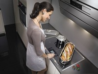 Девушка у плиты